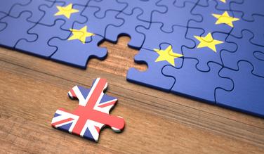photo d'un puzzel avec le drapeau de l'union européenne et une pièce détachée avec le drapeau du royaume-uni