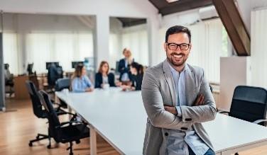 photo d'employés qui sourient dans une entreprise
