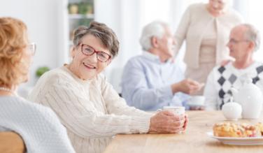 personnes âgées qui sont à table